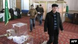 Ses bermäge gelen türkmenistanlylar. Aşgabat. 15-nji dekabr, 2013 ý.