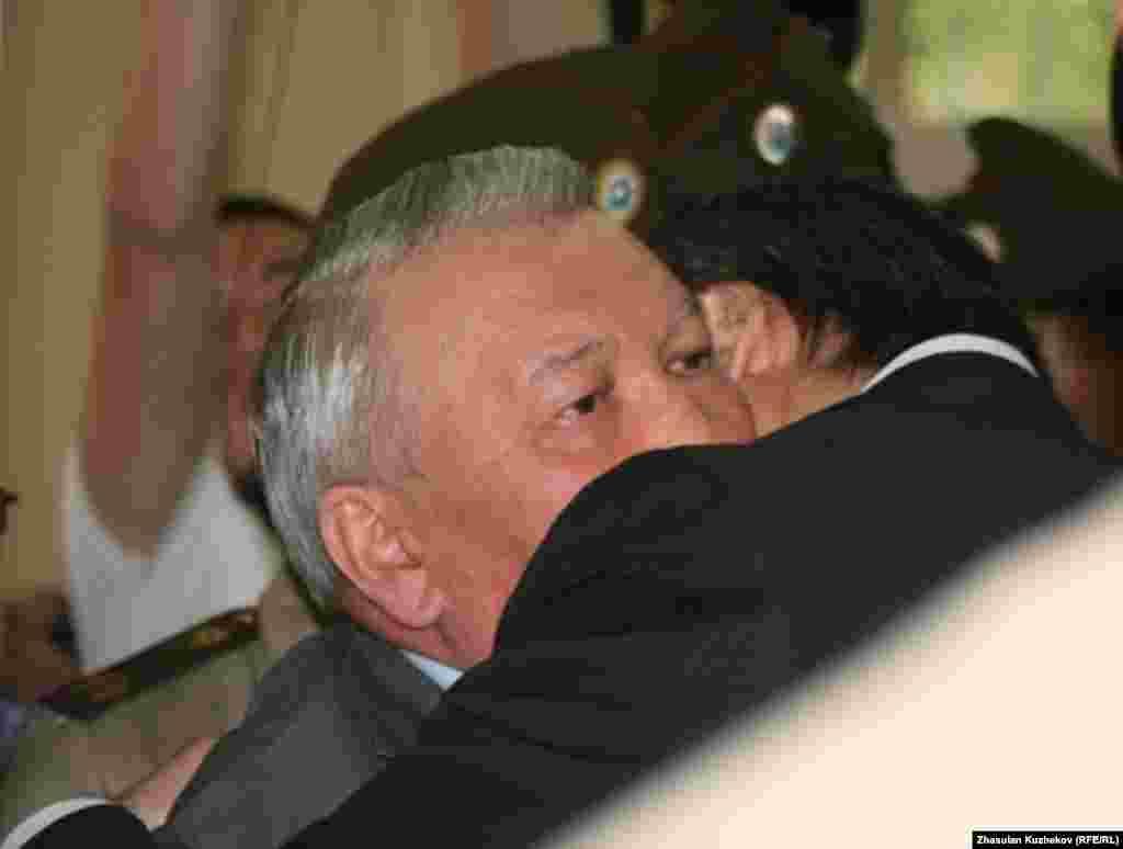 Бывшего министра Жаксылыка Доскалиева близкие и друзья провожают в тюрьму на семь лет. Астана, 5 августа 2011 года. -