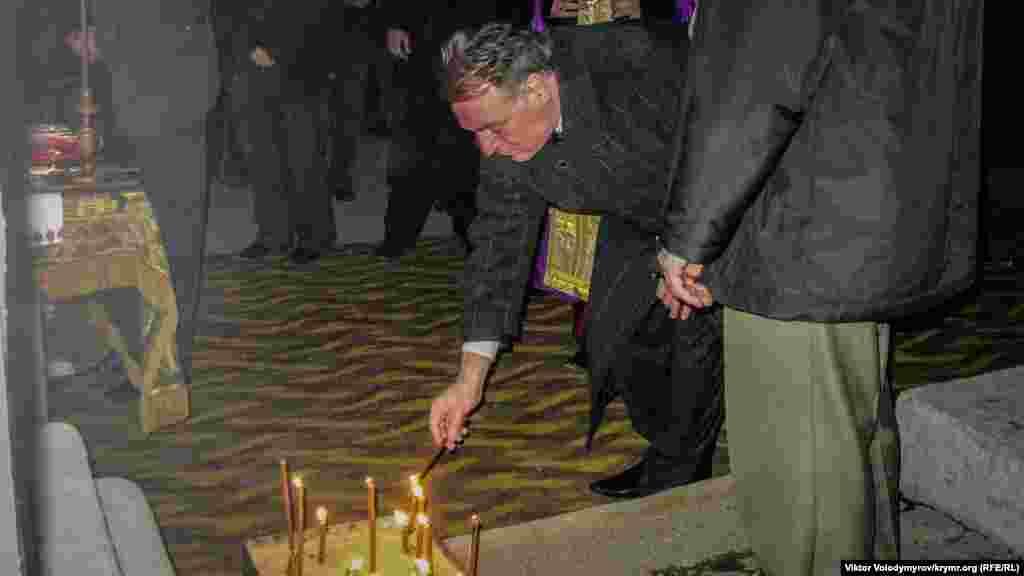 Здесь представители власти Крыма и общественности в более спокойной обстановке зажгли свечи в память о жертвах политических репрессий и Голодомора