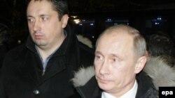 Aleksandr Shprygin və prezident Vladimir Putin Lyublino qəbristanlığında 2010-cu ildə həlak olmuş Spartak azarkeşi Yegor Sviridovun məzarını yad edirlər