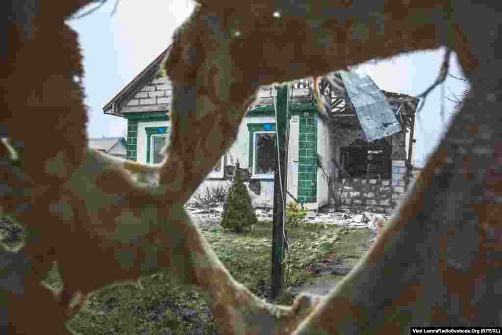 Будинок, зруйнований після обстрілів у селі Первомайське