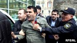 Natiq Ədilov aksiyada polislərin əhatəsində