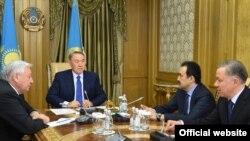 Консультации с председателем Мажилиса Парламента Кабибуллой Джакуповым и Премьер-Министром Каримом Масимовым. Во встрече также принял участие Руководитель Администрации Президента Нурлан Нигматулин. Астана, 18 января 2016 года.