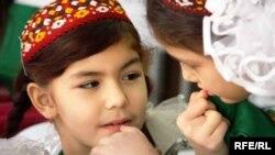 Türkmenistanly okuwçylar. Bezeg suraty