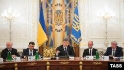 По словам политолога, может разыграться сценарий, когда Яценюк будет отправлен в отставку вместе с кабинетом министров, а затем могут произойти ротации в кадровой колоде. На пост премьера может претендовать Гройсман, а его место может занять Турчинов.