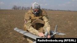 Безпілотники широко застосовуються усіма сторонами конфлікту на Донбасі (на фото - український військовий)