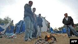 Франція – Нелагальні іммігранти гріються біля вогнища, 2009 рік