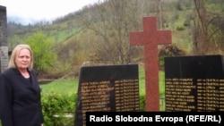 Dragica Tomić pored spomen obilježja ubijenima u Trusini