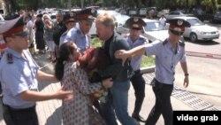Полиция задерживает участников акции протеста у АТФ Банка. Алматы,15 июля 2014 года.
