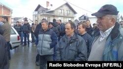 Жители на струшкото село Мислешево кои на влезот од селото сакаат да постават 25 метарски јарбол со македонското знаме.