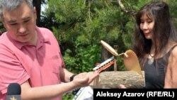 Гражданские активисты Абай Ерекенов и Салтанат Ташимова (автор инсталляции) с подарком для акима. Алматы, 26 мая 2017 года.