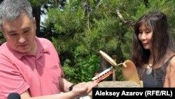 Гражданские активисты Абай Ерекенов и Салтанат Ташимова (автор инсталляции) с «подарком» для акима. Алматы, 26 мая 2017 года.