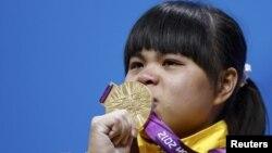 Ауыр атлет Зүлфия Чиншанло Лондон олимпиадасында алтын медаль алған сәт. Лондон, 29 шілде 2012 жыл.