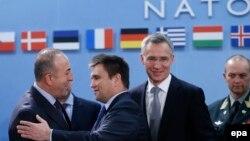 (Зліва направо) Міністр закордонних справ Туреччини Мевлют Чавушоглу, міністр закордонних справ України Павло Клімкін, генеральний секретар НАТО Єнс Столтенберґ та командувач військами НАТО в Європі Філіп Брідлав у штаб-квартирі НАТО. Брюссель, 2 грудня 2015 року