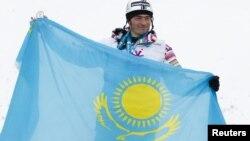 Участник VII зимних Азиатских игр спортсмен Дмитрий Бармашов с государственным флагом Казахстана. Алматы, 3 февраля 2011 года.