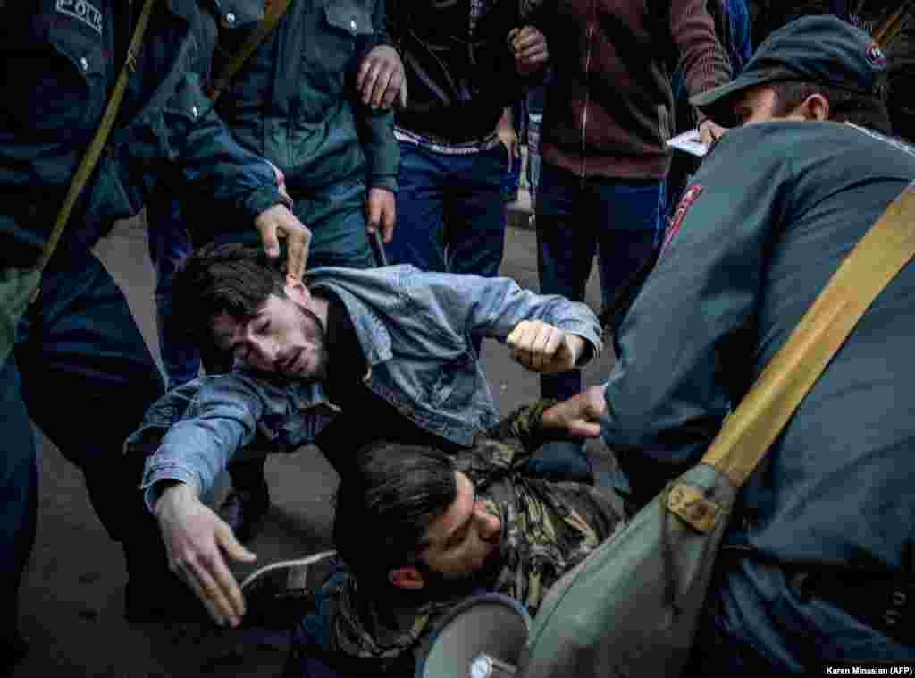 Поблизу однієї з будівель уряду 19 квітня побили журналіста неурядової організації, що висвітлював протест