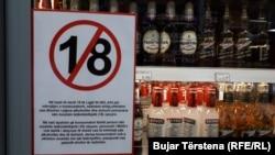 Një njoftim i vendosur në një dyqan në Prishtinë, ku njoftohet se konsumatorët nën 18-vjeç nuk mund të blejnë alkool dhe duhan
