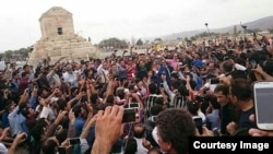 سال گذشته و به دنبال تجمع هزاران تن برای شرکت در مراسم گرامیداشت در پاسارگاد، آرامگاه کوروش، شمار زیادی از تجمعکنندگان بازداشت شدند.