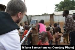 З місцевими дітьми у селищі