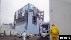 Napori da se vodom ohladi reaktor broj 4 u Fukušima Daići, 22. mart 2011.