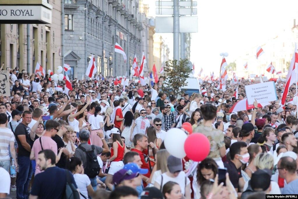Першы нядзельны мітынг у Менску, у якім удзельнічалі некалькі соцень тысяч чалавек. 16 жніўня