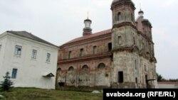Храм зачынены на рэстаўрацыю, беларуская сьвятыня цяпер месьціцца ў белым будынку побач