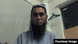 Faxriddin Roziy dunyoning eng rivojlangan davlati - Malayziya poytaxtidagi darveshona boshpanasida Skype orqali Ozodlik bilan suhbatda.