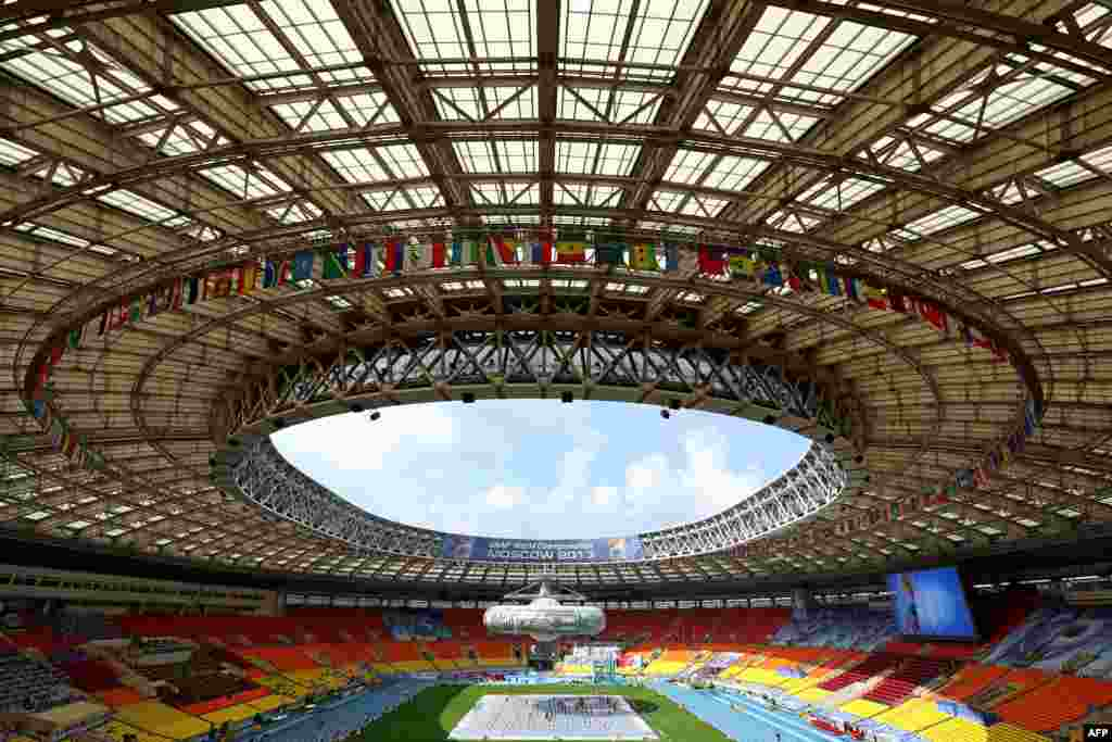 Një pamje e përgjithshme e stadiumit Luzhniki të Moskës gjatë një prove për ceremonitë e hapjes së Kampionatit Botëror të Atletikës, që do të zhvillohet nga 10-18 gusht.