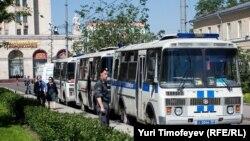 По периметру Кудринской площади дежурят несколько автобусов полиции