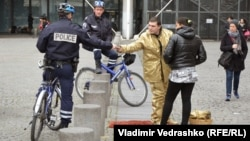 Париж, полицейские проверяют уличного артиста