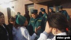Медработники Центра диагностики Кашкадарьинской области устроили акцию протеста возле здания обладминистрации, 5 февраля 2018 года.