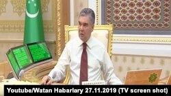 Президент Туркменистана Гурбангулы Бердымухамедов проводит заседание с членами правительства по цифровой видео связи.