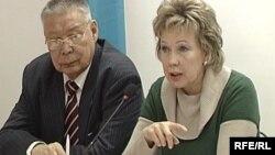 «Ақ жол» партиясы төрағасының орынбасары Людмила Жуланова (оң жақта), Астана, 23 ақпан 2009 жыл.