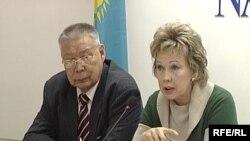 """Людмила Жуланова, заместитель председателя партии """"Ак жол"""" (справа). Астана, 23 февраля 2009 года."""
