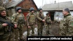 Украина президенті Петр Порошенко әскерилер арасында.Украина, 16 наурыз 2018 жыл