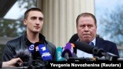 Pavel Ustinov (solda) və vəkil Anatoly Kucherena məhkəmədə