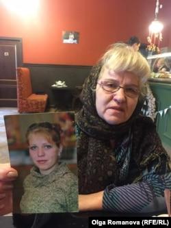 Татьяна Пестрикова с фотографией своей дочери Анастасии