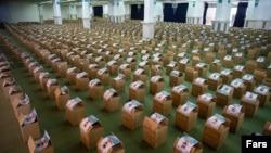 23 aprilie 2020 - La moscheea imamului Khomeini din Teheran sunt pregătite pachete de mâncare de distribuit musulmanilor săraci iranieni în timpul Ramadanului