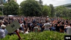 За двое суток до начала продаж тысячи людей начали выстраиваться в живые очереди за заветными билетами в столичном парке Ваке – именно там по решению Федерации футбола Грузии были установлены временные кассы