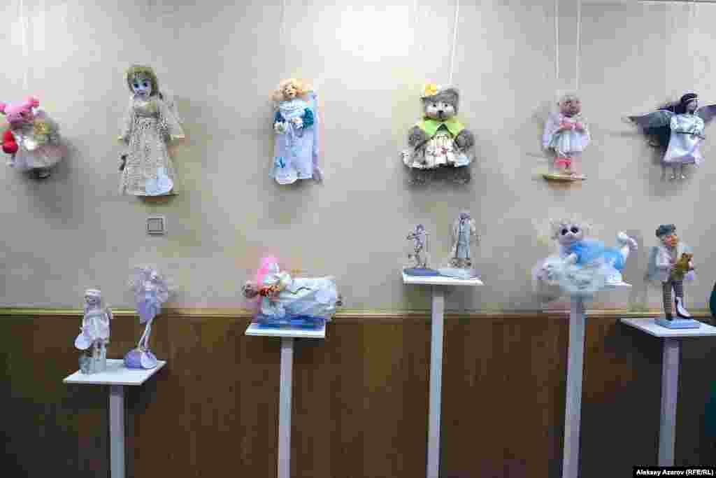 Часть экспозиции выставки «Рождество – время Ангелов», открывшейся в галерее «Вернисаж».