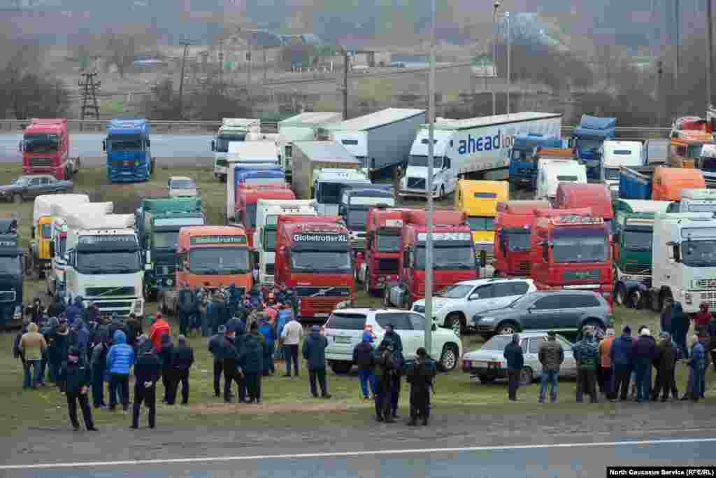 Территорию забастовки оцепили наряды ГИБДД. К месту акции также съехались десятки легковых машин.