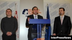 ნიკა გვარამია, განათლების ყოფილი მინისტრი (მარცხნივ), ნიკა გილაური, პრემიერ-მინისტრი (შუაში) და დიმიტრი შაშკინი, განათლების ახალი მინისტრი