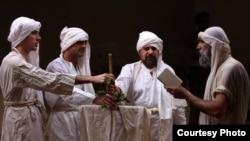صابئة مندائيون اثناء ادائهم طقسا دينيا
