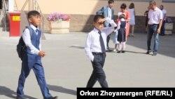 Астанадағы мектеп-гимназия оқушылары. 2 қыркүйек 2017 жыл
