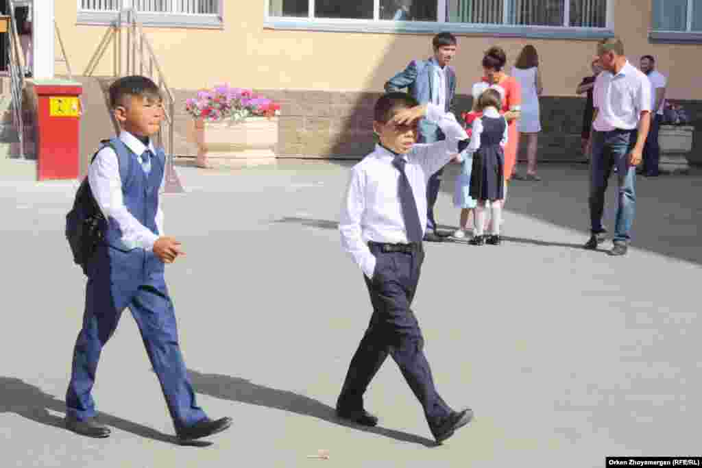 """""""Білім күні"""" мектеп-гимназияда өткен алғашқы сабақтан шыққан оқушылар."""