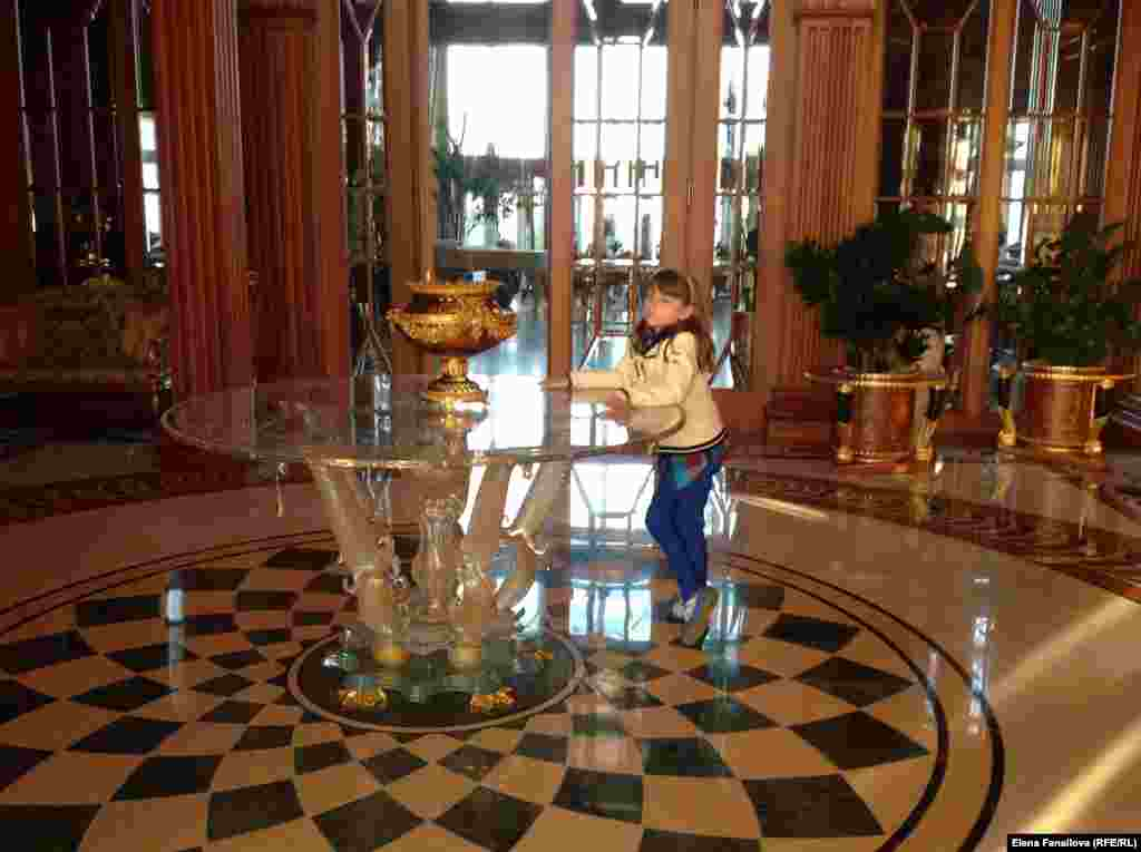 Девочка позирует в гостиной