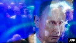 Проросійські активісти відображаються на екрані телевізора біля будівлі ОДА в Луганську. Квітень 2014 року. Ілюстраційне фото