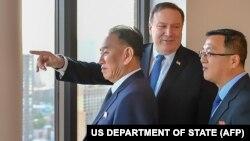 ԱՄՆ - Պետքարտուղար Մայք Փոմփեոն հանդիպում է Հյուսիսային Կորեայի փոխնախագահ Կիմ Յոնգ Չոլի (ձախից) հետ, Նյու Յորք, 30-ը մայիսի, 2018թ․