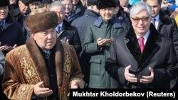 Қазақстанның бірінші президенті Нұрсұлтан Назарбаев (сол жақта) және қазіргі президент Қасым-Жомарт Тоқаев Наурыз мерекесі кезінде. Астана, 21 наурыз 2019 жыл.