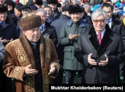 Қазақстанның бірінші президенті Нұрсұлтан Назарбаев (сол жақта) және қазіргі президент Қасым-Жомарт Тоқаев Наурыз мерекесін тойлау шарасында. 21 наурыз 2019 жыл.